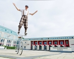 Trickcycleact acrobat (1)